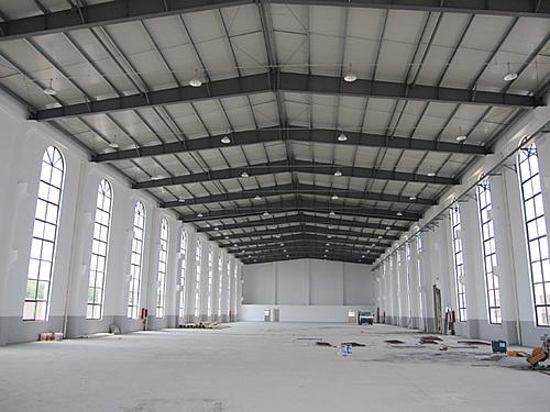 车间一为一层结构,屋顶为钢结构,车间中间无立柱,可装5吨行车.